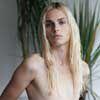 Юноша-модель демонстрирует женскую одежду (фото)