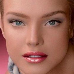 Благодаря макияжу женщина может